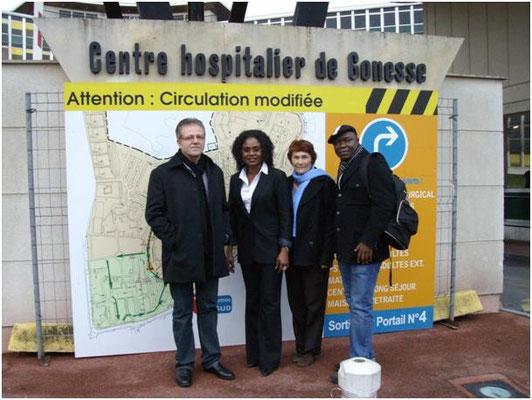 Une partie de la délégation de l'association : de gauche à droite : André Erhling, membre ; Pauline Mbaku, présidente, Micheline Hébert, vice-présidente ; et Alexis Bongo, porte-parole Afrique.