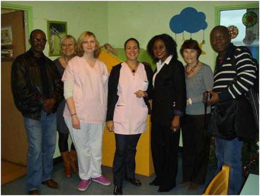 La délégation de l'association en compagnie avec une partie du personnel médical