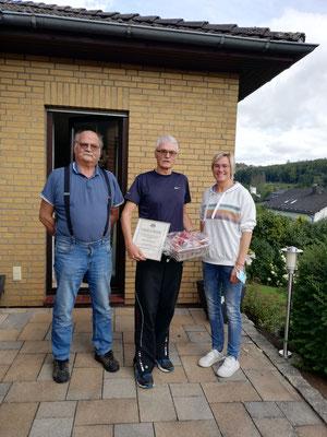 Stefan Lohreit und Simone Lehr ehren Jürgen Müller als neues Ehrenmitglied