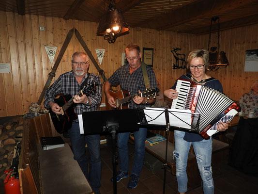 Peter Erbert, Uli Lehmann und Simone Lehr spielen die Weihnachtslieder