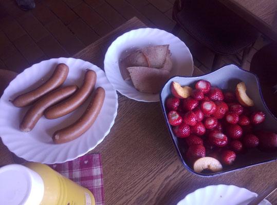 ... Wurst, Fleischkäse und Obst und Erdbeeren!!!