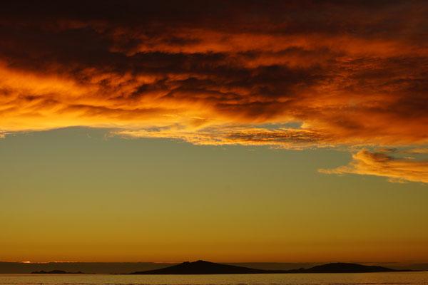 Zonsondergang met in de verte het onbewoonde eiland Samson