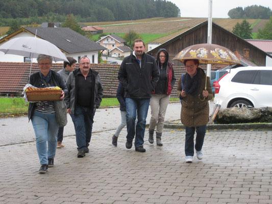 Gäste kommen mit Regenschirm