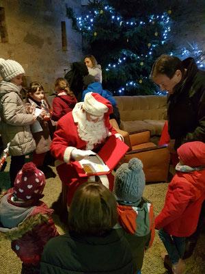 Der Weihnachtsmann nimmt die Wunschzettel entgegen