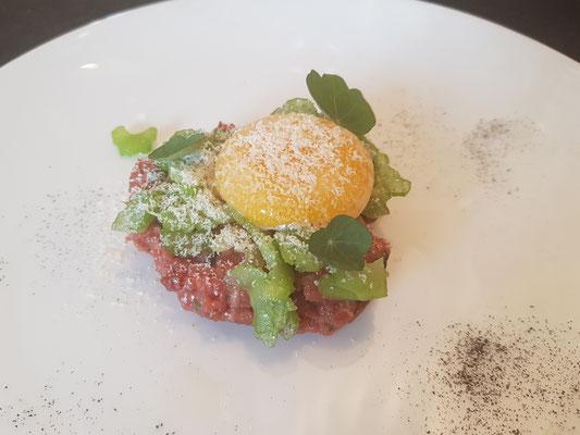 Tartar von der Huft mit confiertem Ei und Stangenselleriesalat
