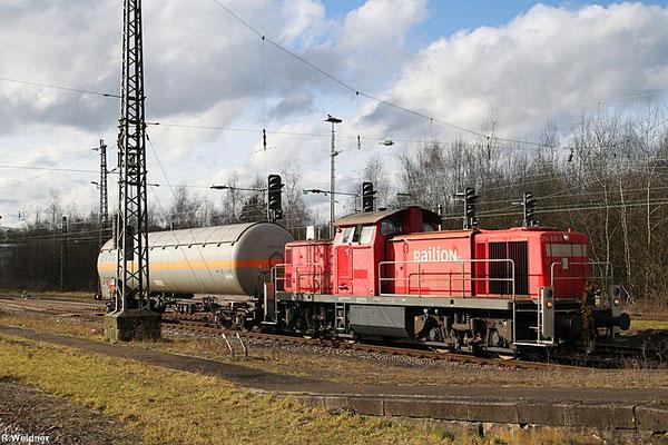294 838 rangiert mit Gaskesselwagen in Neunkirchen(Saar) am 28.01.14