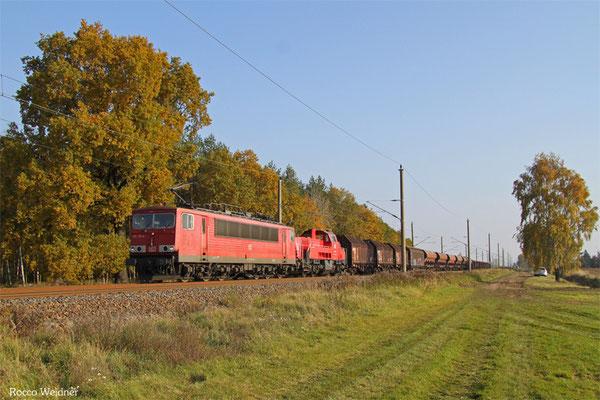 155 113 (im Schlepp 261 088) mit EZ 52534 Senftenberg - Engelsdorf (Umleiter), Beiersdorf 28.10.2015