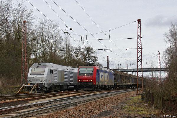 482 033 mit DGS 90956 Weil am Rhein - Saarbrücken Rbf Nord am 26.01.14 in Sulzbach(Saar) , daneben abgestellt AKIEM BB75104