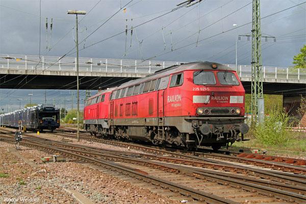 DT 225 021 + 225 805 als T 67100 Einsiedlerhof -  Mannheim-Waldhof Gbf (Sdl.), 26.04.2015