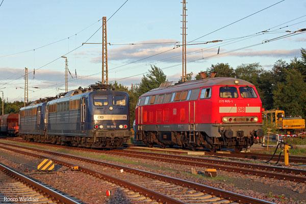 218 005 (T 67130 SSR - SEF) an der Tankstelle in Neunkirchen(Saar), daneben RBH DT 151 151 + 151 081, 18.09.2015