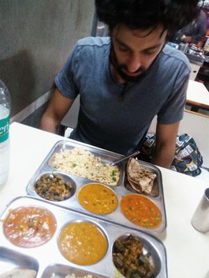 Noch ein wenig skeptisch...Aber es war das beste Thali, das wir bisher gegessen haben!