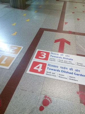 Chaos mit System: Einfach den Fußabdrücke in der Farbe der Metro folgen.