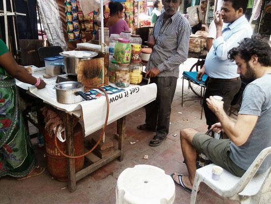 Echter und bester Chai in den Straßen Delhis