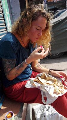 So wird gefrühstückt: gefülltes Naan und Chai am Straßenrand