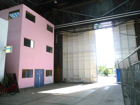 Het ateliergebouw met op de tweede verdieping de weverij.