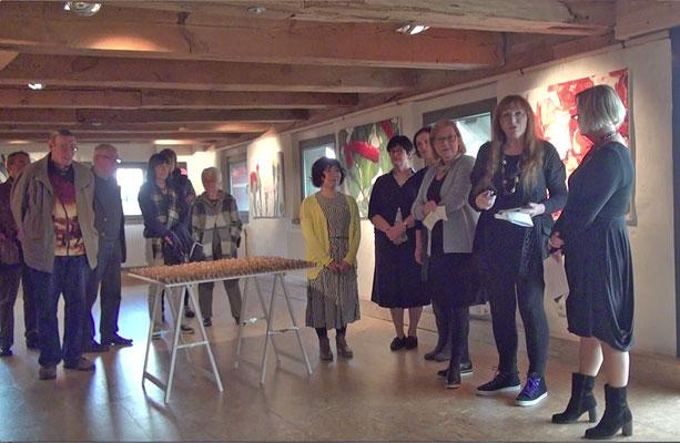 Rita Helmholtz eröffnet die Ausstellung und stellt die Installationen von Yui Tombana vor