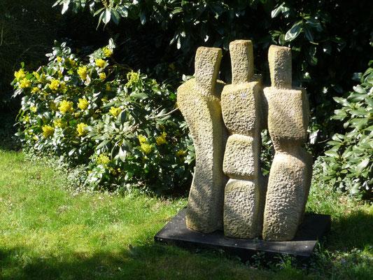 >Die Drei<, Obernkirchener Sandstein, 2007, H 100 cm