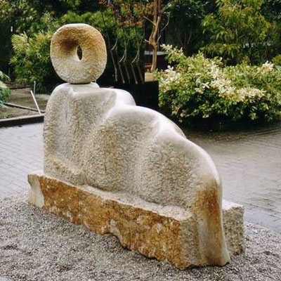>HÜTERIN DER QUELLE<, 5. Intern. Bildhauer-Symposion Obernkirchen 2000, Obernkirchener Sandstein, B 200 cm