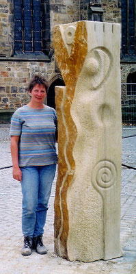 >ZEITENLÄUFERIN<, 6. Intern. Bildhauer-Symposion Obernkirchen 2003, Obernkirchener Sandstein, H 240 cm