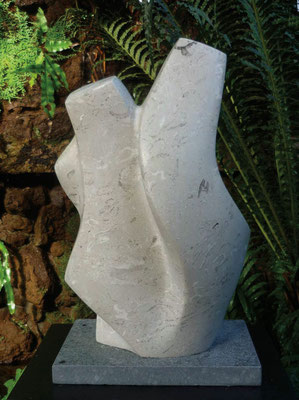 >Begegnung<, Kalkstein, 2009, H 60 cm