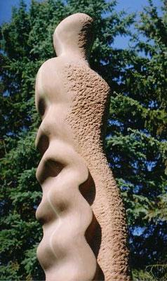 >Großes rotes Meerweib<, Eifelsandstein,2000, H 200 cm