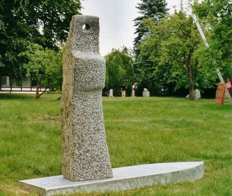 >Zwischen den Welten<, Larvikit+Alu, 2003, H 180 cm