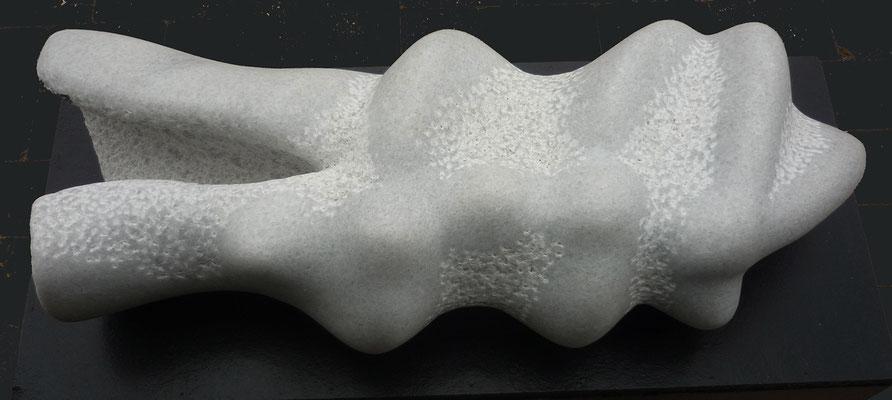 >Entschlüpft II<, Marmor, 2014, B 80 cm