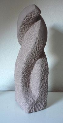 >Umschlungen<, Eifelsandstein, 2010, H 27 cm