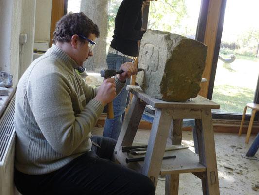 Arbeit am Stein in der Werkstatt in Radbruch