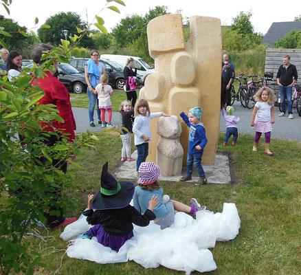 >FAMILIENGRUPPE<, Kindergarten in Radbruch, 2016, H 230 cm, Enthüllung