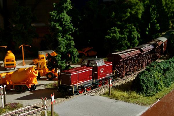 V 83 mit Güterzug an gleicher Stelle