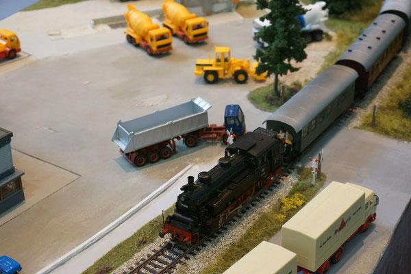 Unser Museumszug mit 75 1118 (Original: Amstetten-Gerstetten) fährt über den Bahnübergang