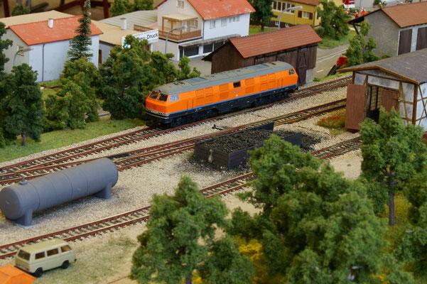 ... und ein überlanger Gast der Hersfelder Kreisbahn in Wartestellung