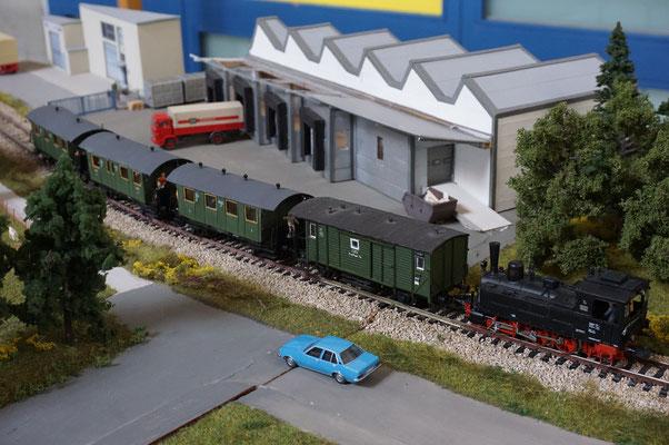 Der GES Hohenzollernzug mit GES T3 vor der Lagerhalle der Fa. Bock