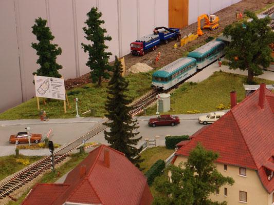 Ulmer Spatz in Frickenhausen mit dem Bauschild für das neue Gewerbegebiet