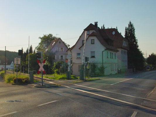 Bahnübergang Frickenhausen. Allerdings zeigt die Aufnahme die aktuelle Ausführung der Schrankenanlage. Wir haben auf unserer Anlage den Zustand vor dem Umbau dargestellt.