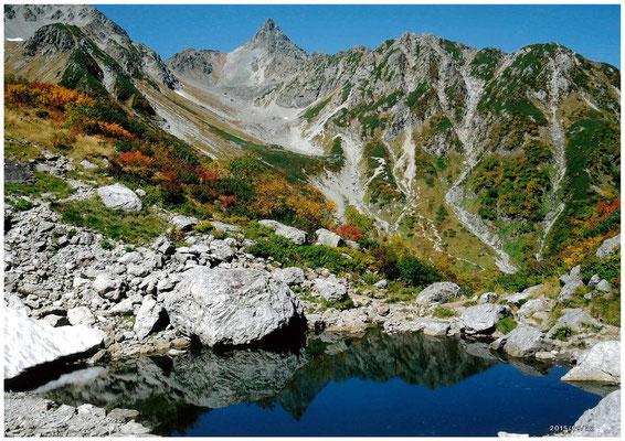 北アルプス天狗池より槍ヶ岳を見る