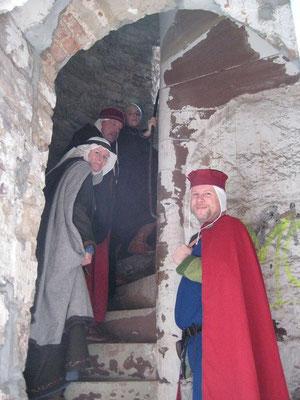 Über diesen Aufgang gelangt man zum Eingang des Turms.