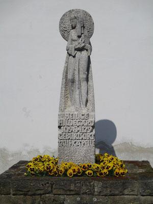 An der jetzt offiziell, durch die katholische Kirche, anerkannten Taufkapelle der Hildegardis steht diese Granitstatue. Auch der Geburtsort soll Bermersheim sein. Aber wir erfuhren mehr darüber..