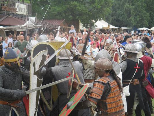 Die Truppen prallen aufeinander.