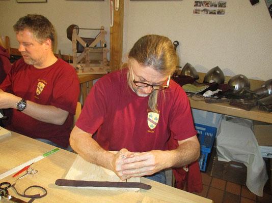 Manches Leder wehrte sich vehement um als Tasche verarbeitet zu werden, die zähen aber am meiste die die irghendwie von einem Gummirind stammten