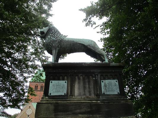Und der Löwe steht nicht zu Unrecht vor dem Dom.