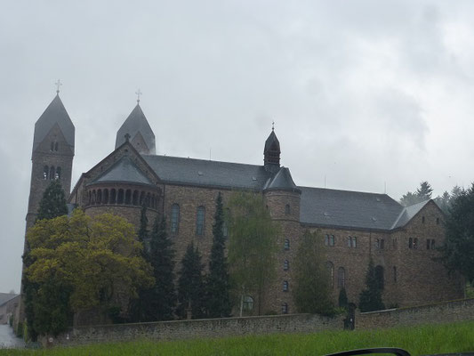 Sie liegt sehr imposant auf der Höhe in Rüdesheim am Rhein