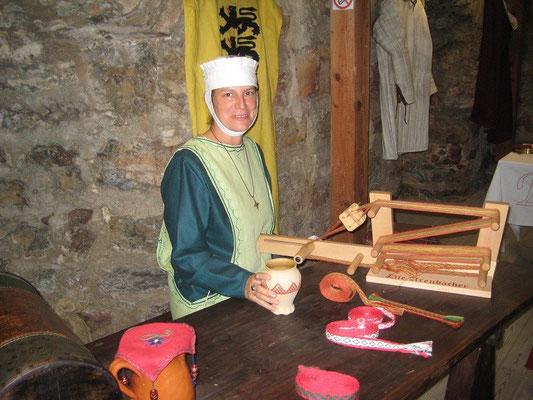 Jutta von Arenbach beim Brettchenweben, viele Besucher staunten über diese alte Handarbeit.