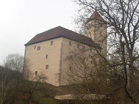 Bei der angeblich größten Ritterschlacht des Mittelalters bei Mühldorf, es ging um die kaiserliche Krone zwischen Wittelsbachern und Habsburgern, wurde Friederich der Schöne gefangen genommen und 1322 für knapp drei Jahre hier eingekerkert.