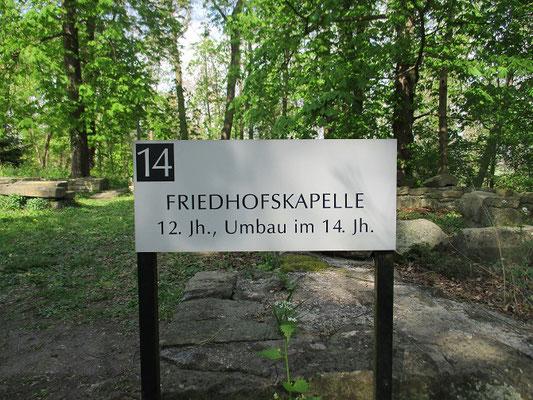 Dies ist so ein Punkt, an dem bald ein neues Schild steht, denn es handelt sich hier nicht um die Friedhofskapelle sondern um den Ursprung des Klosters aus Ende des 10.Jhr.