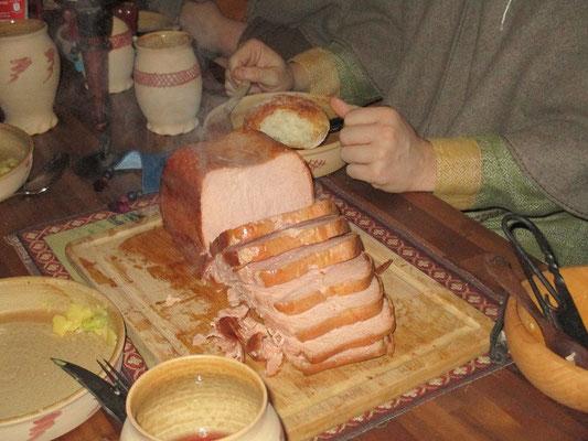 Fleischkäse, Salat aus Krumbiere, Brot, Käse und Krapfen gab es reichlich