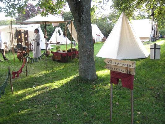 """Dieses Hinweisschild zu unserem Lager bastelten wir noch vor Ort, damit die Gäste sahen """"Hier seid ihr willkommen""""."""