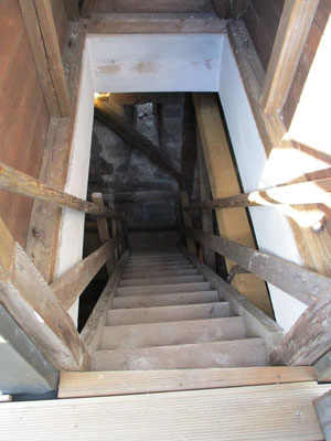 Die heutige Treppe, die auf den Bergfried führt