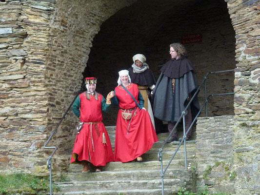 Die Herrschaft schreitet in den Burghof